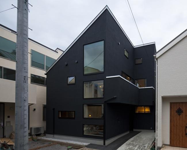 八雲の黒家の部屋 窓の多い外観