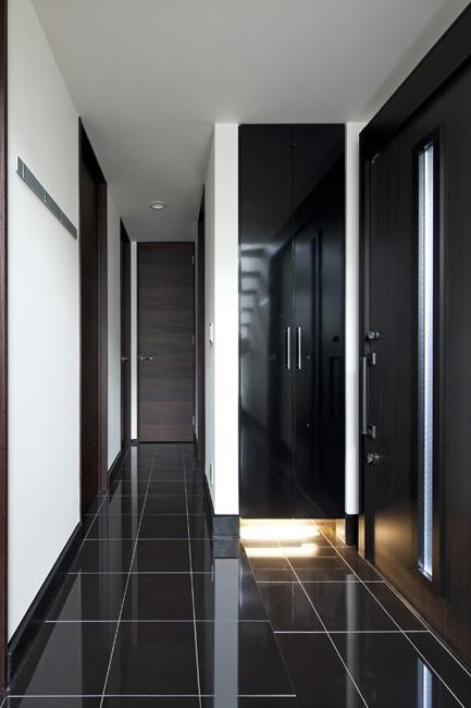 八雲の黒家の部屋 シックな玄関