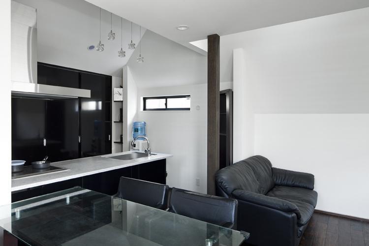 八雲の黒家 (白と黒を基調としたダイニングキッチン)