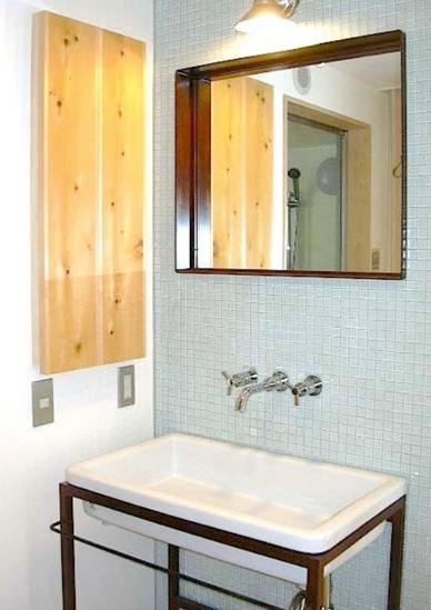 窓の家の部屋 タイル張りの洗面台