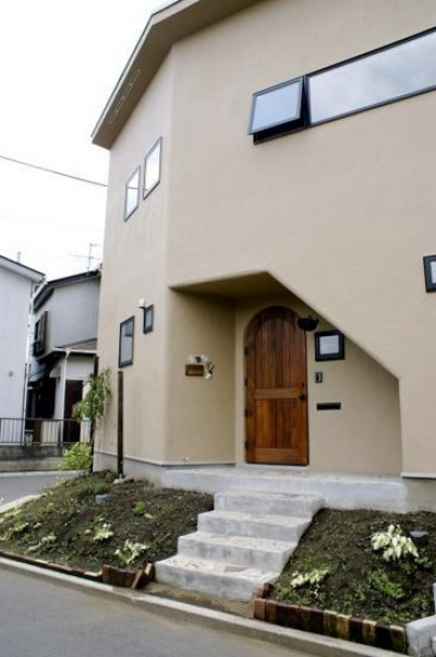 柔らかな温かな家 (アプローチ階段のある玄関)