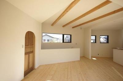 アーチ型のドアがあるリビング (柔らかな温かな家)