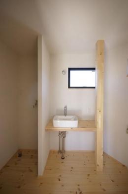 柔らかな温かな家 (コンパクトな洗面台)