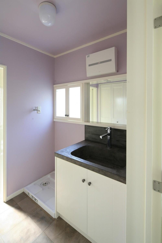 O邸 (ラベンダーカラーの壁が素敵な洗面スペース)