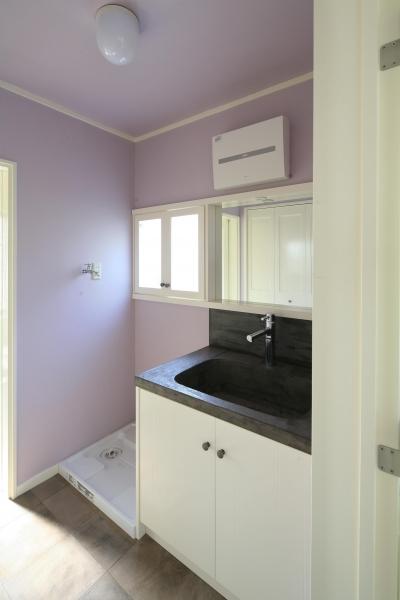ラベンダーカラーの壁が素敵な洗面スペース (O邸)
