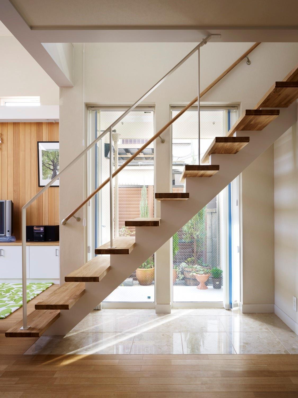スケルトン階段と光庭の写真 階段