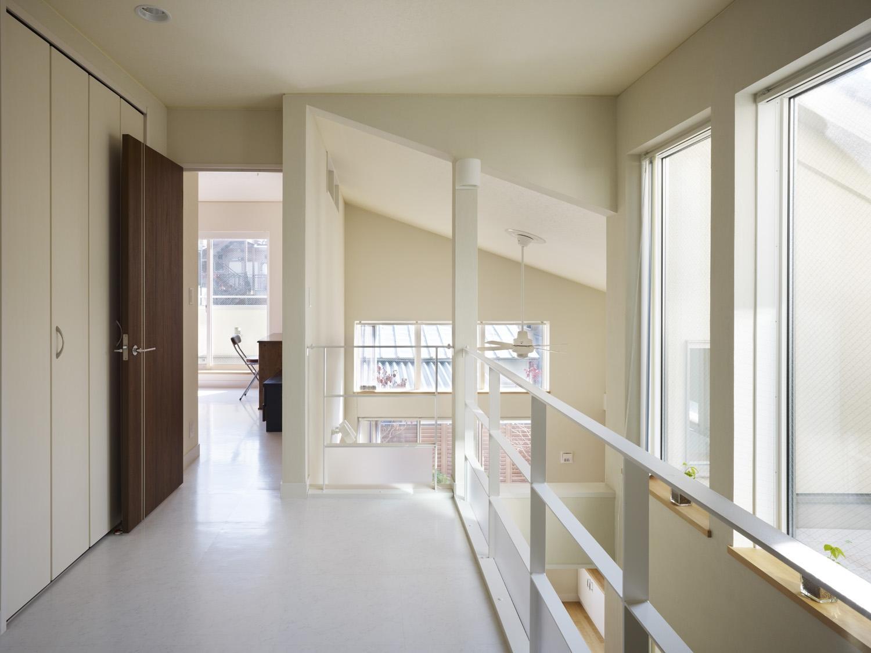 スケルトン階段と光庭の写真 2階ホール