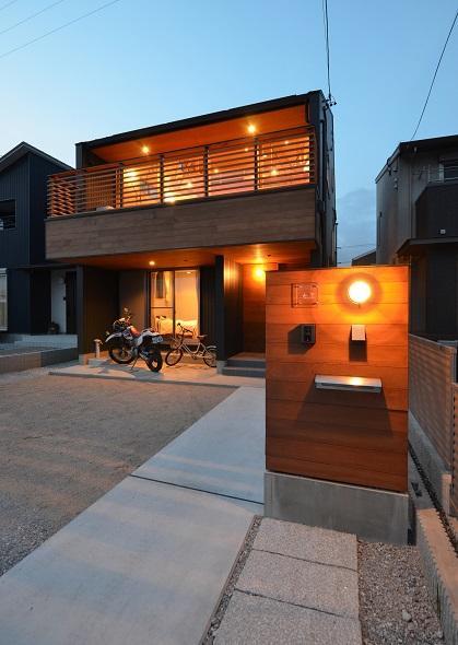 公園通りの家の写真 バイク置き場もあるキューブな外観