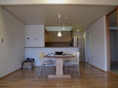 牧之原の家 (居間よりキッチンを見る)