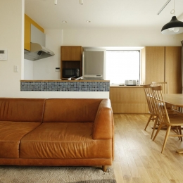 K邸・小さな個室と大きなリビング、心地のよい暮らし方 (家族の集う明るいLDK)