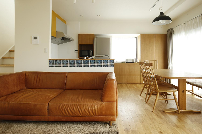 K邸・小さな個室と大きなリビング、心地のよい暮らし方の写真 家族の集う明るいLDK