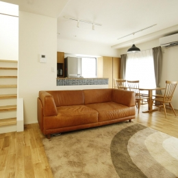 K邸・小さな個室と大きなリビング、心地のよい暮らし方 (明るい光の差し込む広々LDK)