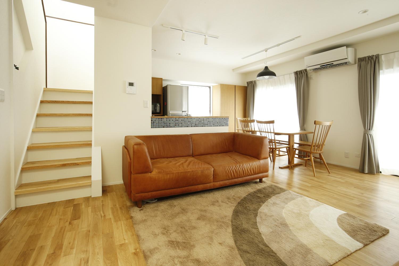 K邸・小さな個室と大きなリビング、心地のよい暮らし方の写真 明るい光の差し込む広々LDK