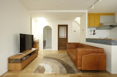 リビング-寛ぎのスペース (K邸・小さな個室と大きなリビング、心地のよい暮らし方)