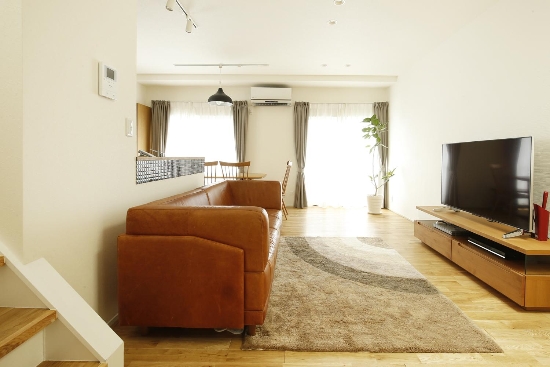 K邸・小さな個室と大きなリビング、心地のよい暮らし方の部屋 光に満ちた寛ぎリビング