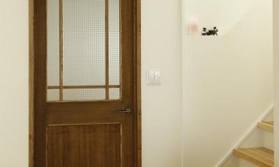 K邸・小さな個室と大きなリビング、心地のよい暮らし方 (チェッカーガラスの入ったリビングドア)