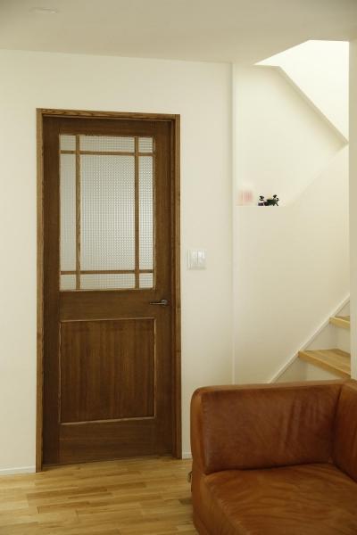 チェッカーガラスの入ったリビングドア (K邸・小さな個室と大きなリビング、心地のよい暮らし方)
