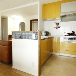 K邸・小さな個室と大きなリビング、心地のよい暮らし方 (ビタミンカラーのL字型対面式キッチン)