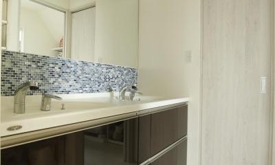 K邸・小さな個室と大きなリビング、心地のよい暮らし方 (シンプルモダンな洗面室)