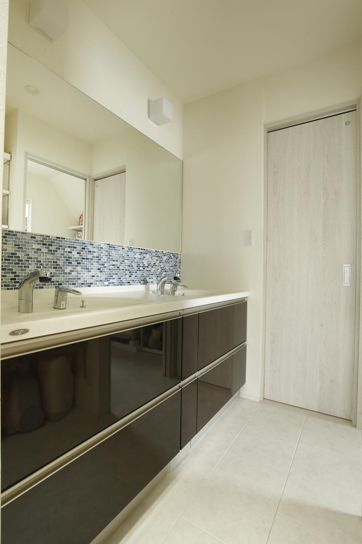 K邸・小さな個室と大きなリビング、心地のよい暮らし方の写真 シンプルモダンな洗面室