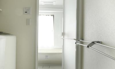 K邸・小さな個室と大きなリビング、心地のよい暮らし方 (白で統一されたバスルーム)