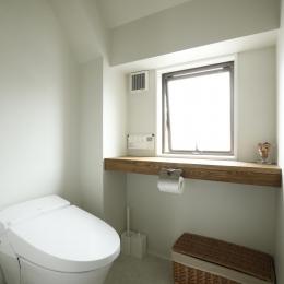 K邸・小さな個室と大きなリビング、心地のよい暮らし方 (光をとりこむ明るいトイレ空間)