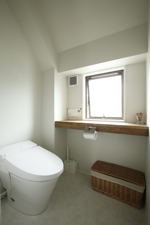 K邸・小さな個室と大きなリビング、心地のよい暮らし方の写真 光をとりこむ明るいトイレ空間