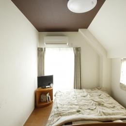 天井がダークブラウンの落ち着いた寝室