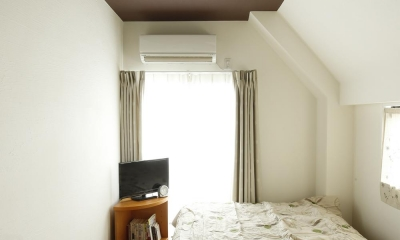 K邸・小さな個室と大きなリビング、心地のよい暮らし方 (天井がダークブラウンの落ち着いた寝室)