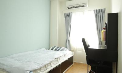 K邸・小さな個室と大きなリビング、心地のよい暮らし方 (ブルーのアクセントクロスが爽やかな寝室)