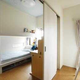 K邸・小さな個室と大きなリビング、心地のよい暮らし方 (子供部屋-空間の有効活用)
