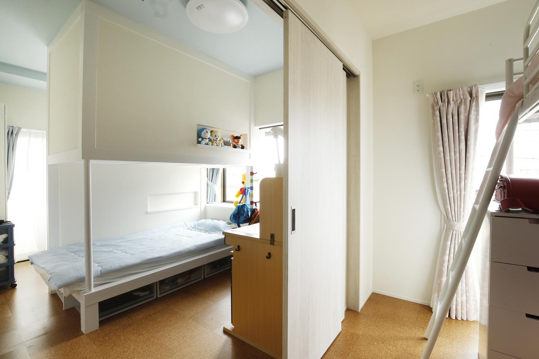 K邸・小さな個室と大きなリビング、心地のよい暮らし方の部屋 子供部屋-空間の有効活用
