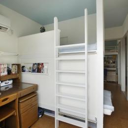 K邸・小さな個室と大きなリビング、心地のよい暮らし方 (子供部屋-二段ベッドを造作)