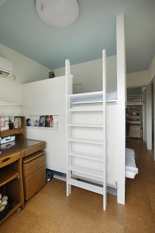 K邸・小さな個室と大きなリビング、心地のよい暮らし方の写真 子供部屋-二段ベッドを造作
