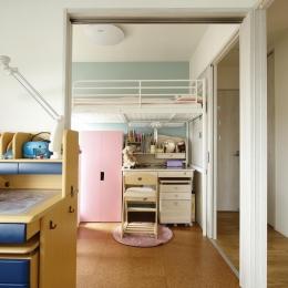 K邸・小さな個室と大きなリビング、心地のよい暮らし方 (明るい子供部屋)