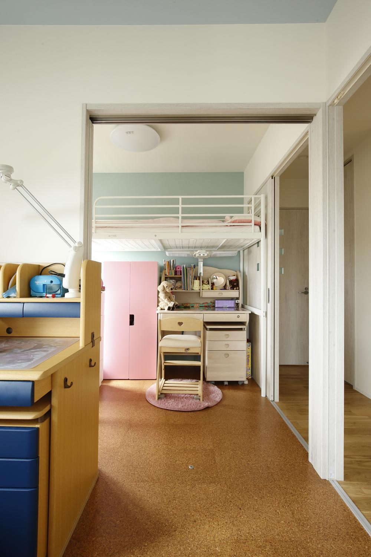 K邸・小さな個室と大きなリビング、心地のよい暮らし方の写真 明るい子供部屋