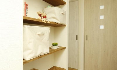 K邸・小さな個室と大きなリビング、心地のよい暮らし方 (収納スペース)