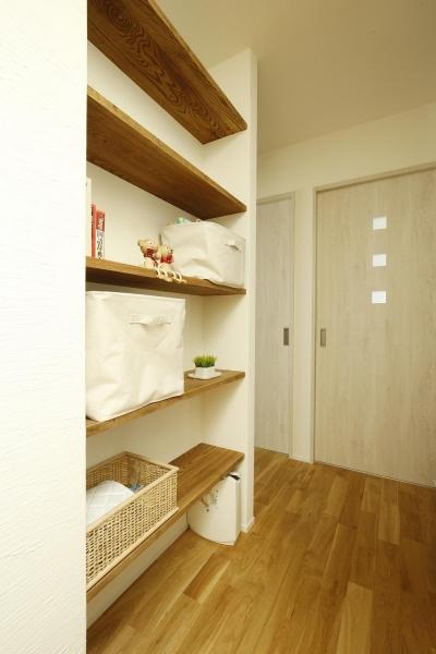 収納スペース (K邸・小さな個室と大きなリビング、心地のよい暮らし方)