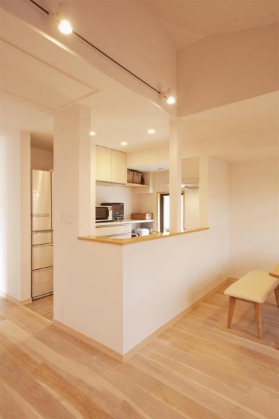 オープンな対面式キッチン (K邸・みんなでお家に帰ろう!)