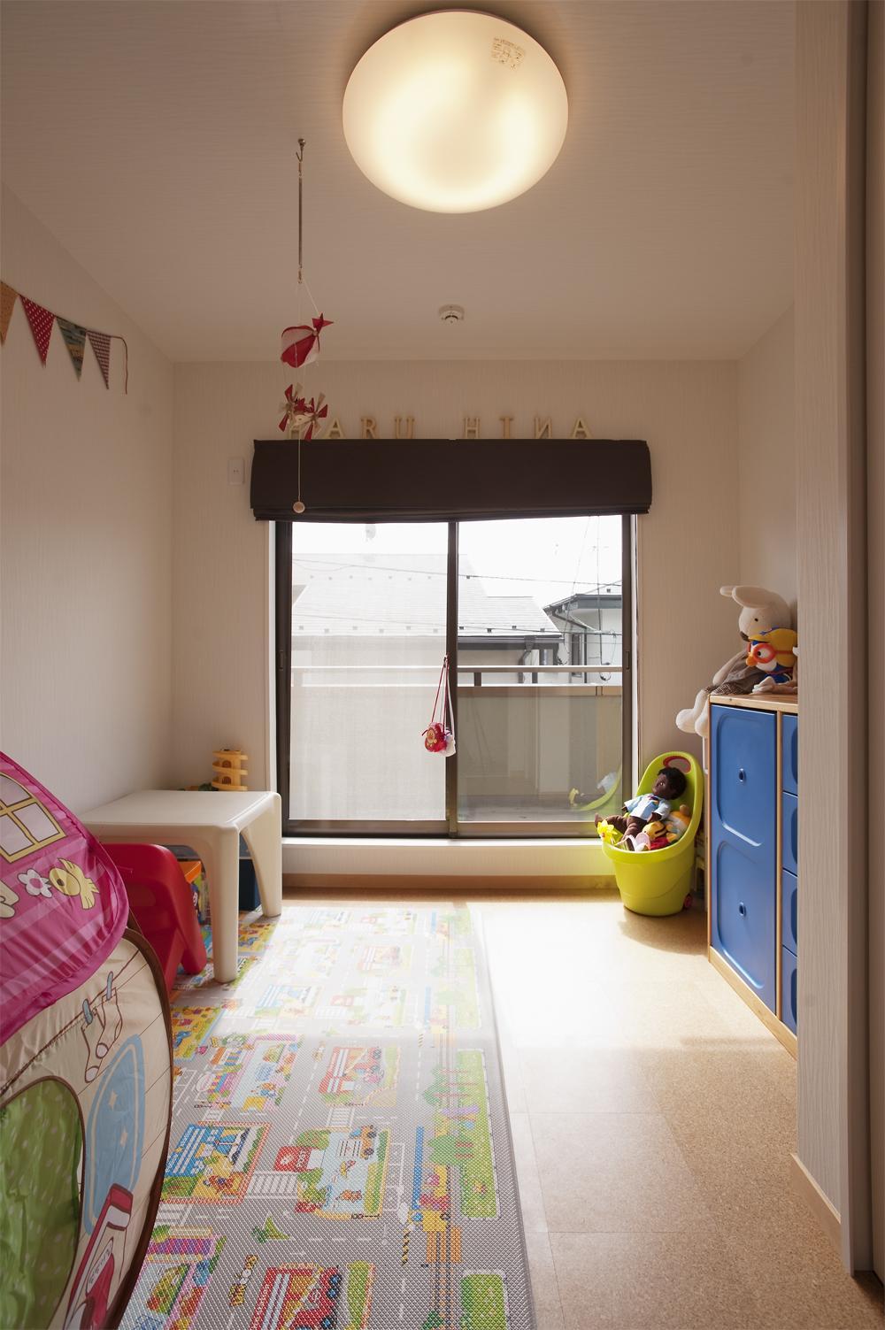 K邸・みんなでお家に帰ろう!の写真 コルクタイル床の子供部屋