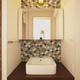 カラフルなコラベルが魅力的な洗面室