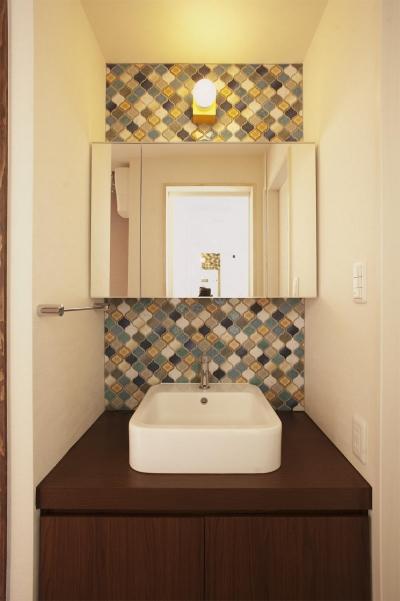 カラフルなコラベルが魅力的な洗面室 (K邸・みんなでお家に帰ろう!)