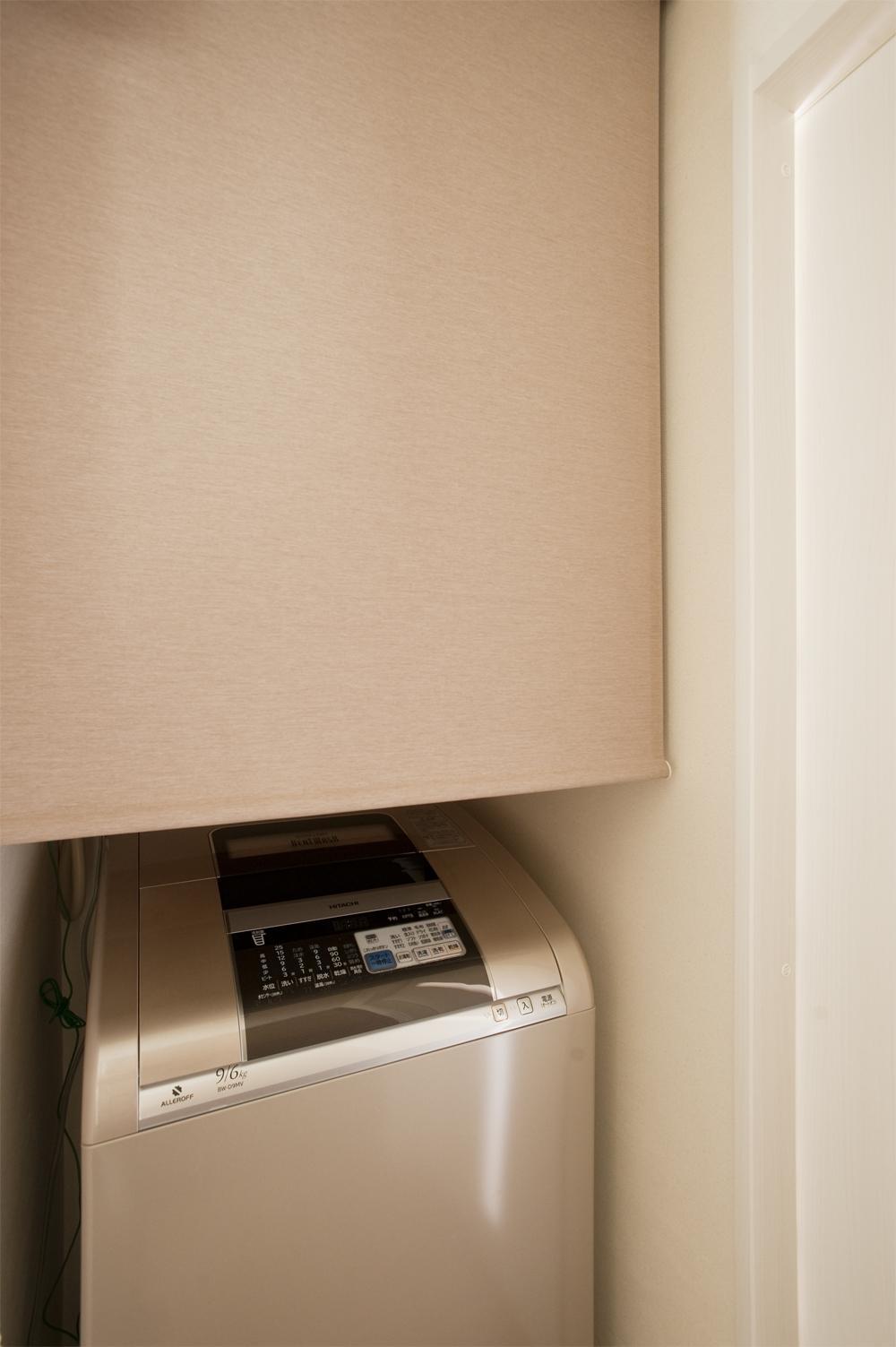 K邸・みんなでお家に帰ろう!の部屋 ロールスクリーンのある洗濯機コーナー