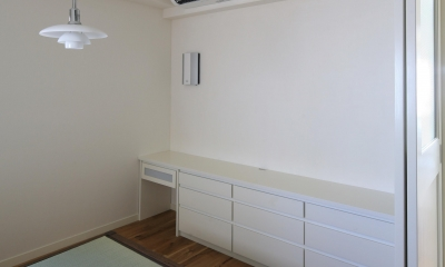 K邸 (寝室壁付け収納机)
