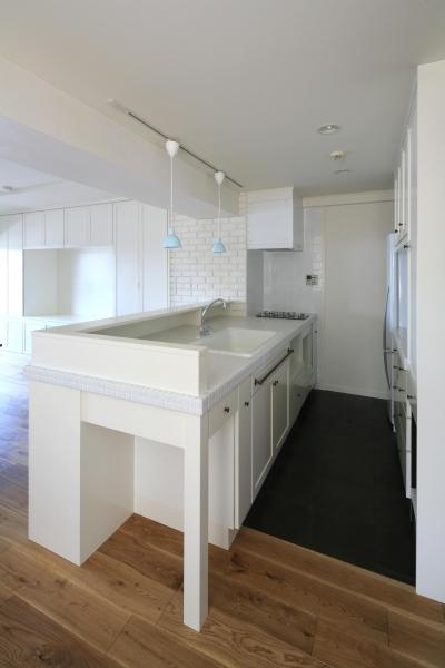 白で統一された清潔感のあるキッチン (K邸)