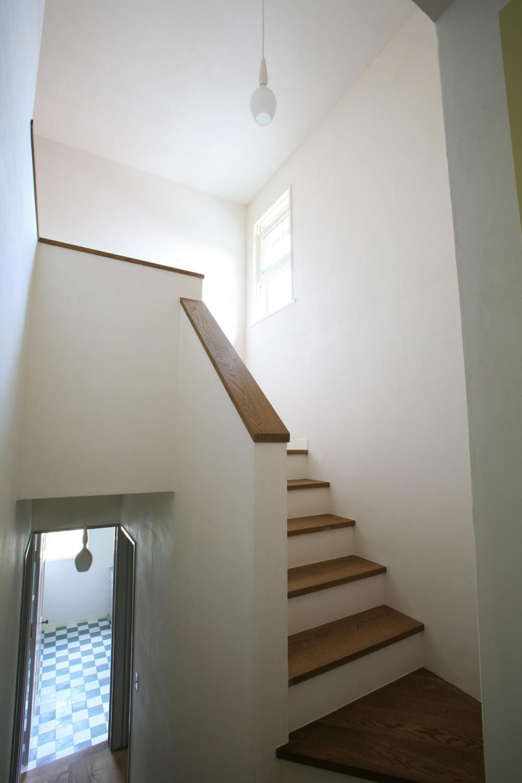 M邸 (明るい吹き抜けの階段)