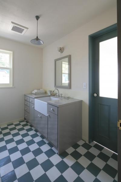 レトロな雰囲気漂う個性的な洗面台 (M邸)