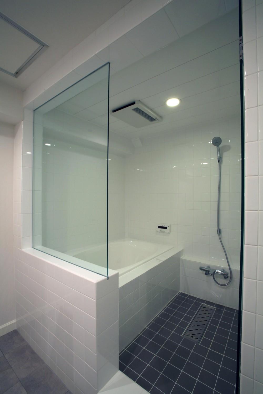 T邸 (ガラスドアで開放的なバスルーム)