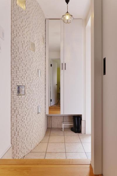 ガラスブロックがアクセントの玄関 (F邸・家族の笑顔が生まれる、明るく暖かな2階リビング)