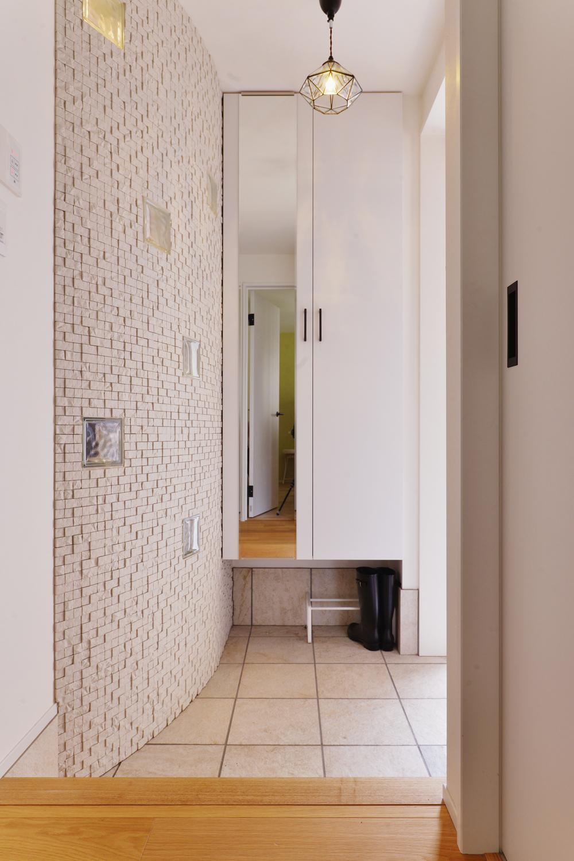 F邸・家族の笑顔が生まれる、明るく暖かな2階リビングの部屋 ガラスブロックがアクセントの玄関